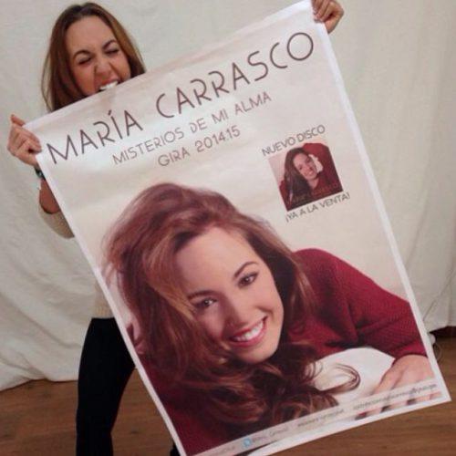 María Carrasco mordiendo su pancarta de la Gira de misterios de mi alma 2014, 2015
