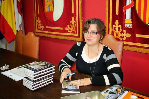 La escritora firmando libros / Foto: Susana R. Miguélez