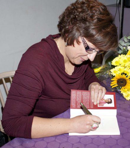 Susana firmando su libro tras la presentación del mismo / Foto: Susana R. Miguélez