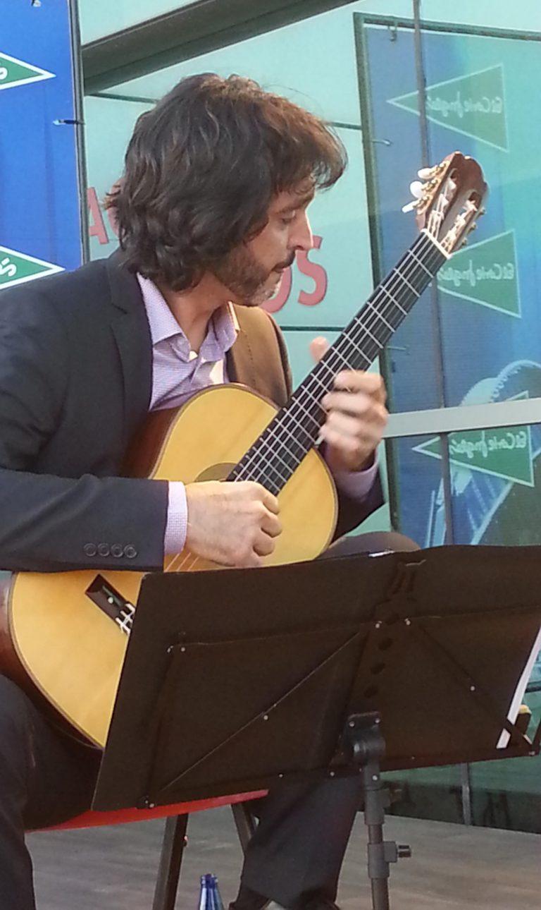 Toni Cotolí actuando en directo / Foto: Alejandro Piquero Serrano