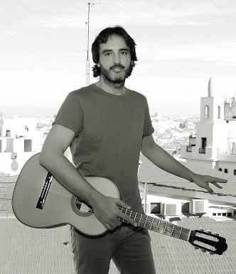 Toni, posando con su guitarra / Foto: Óscar Lafox