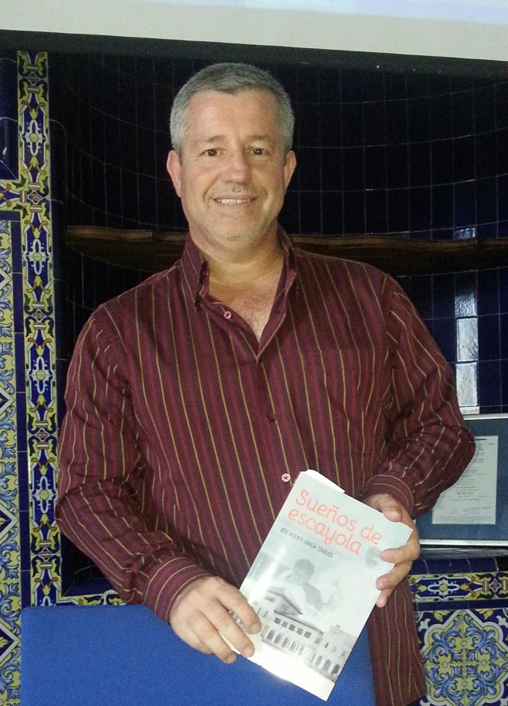 José Vicente posando con su libro / Foto: Alejandro Piquero Serrano
