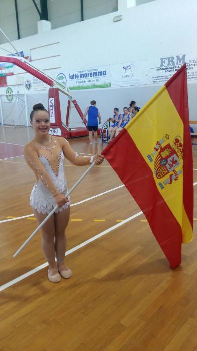 Sara ondea la bandera de España / Foto: Diarioinformacion.com