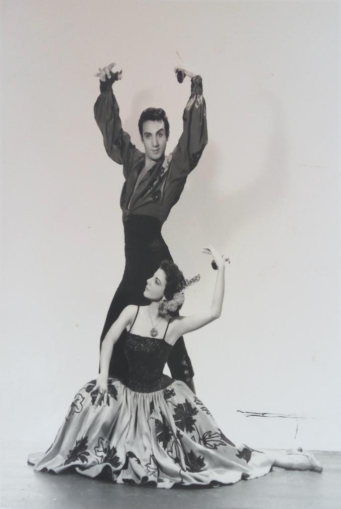 Roberto Segovia (bailarín) posando junto a la artista en el Estudio Narsi / Foto cedida por: Caridad Lescaílles Farina
