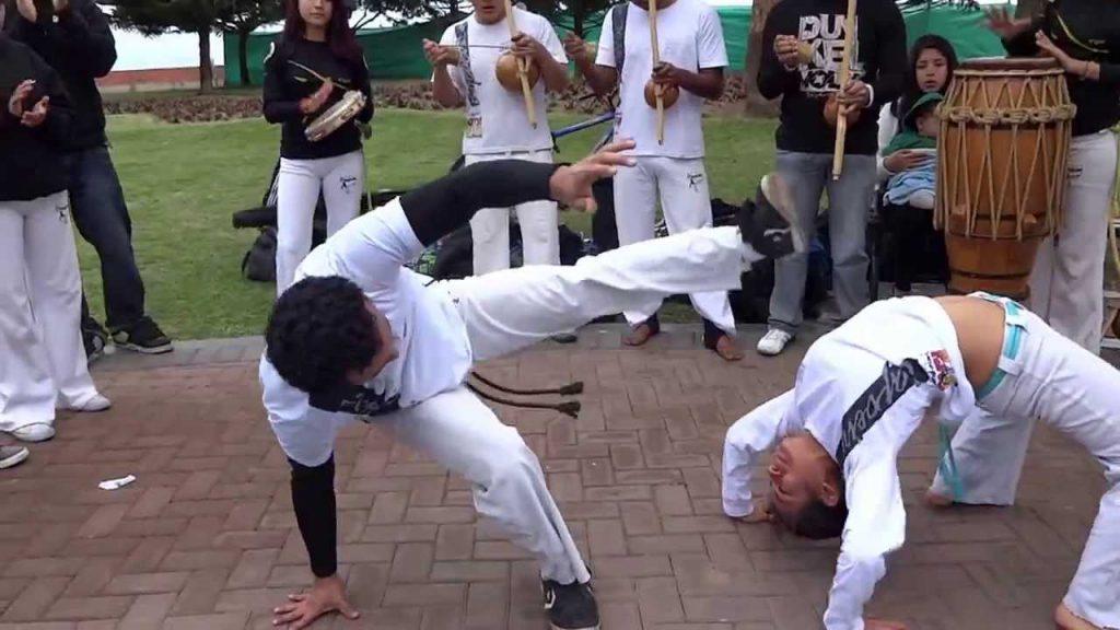 Exhibición o Roda de Capoeira en las calles de Perú.