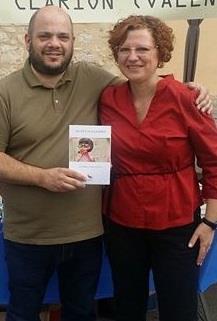El Valiente José Seoane posando con Sú y el libro Secretos a golpes / Foto: José Seoane