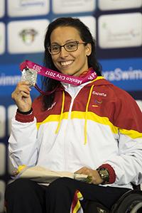La nadadora Teresa Perales con una medalla.