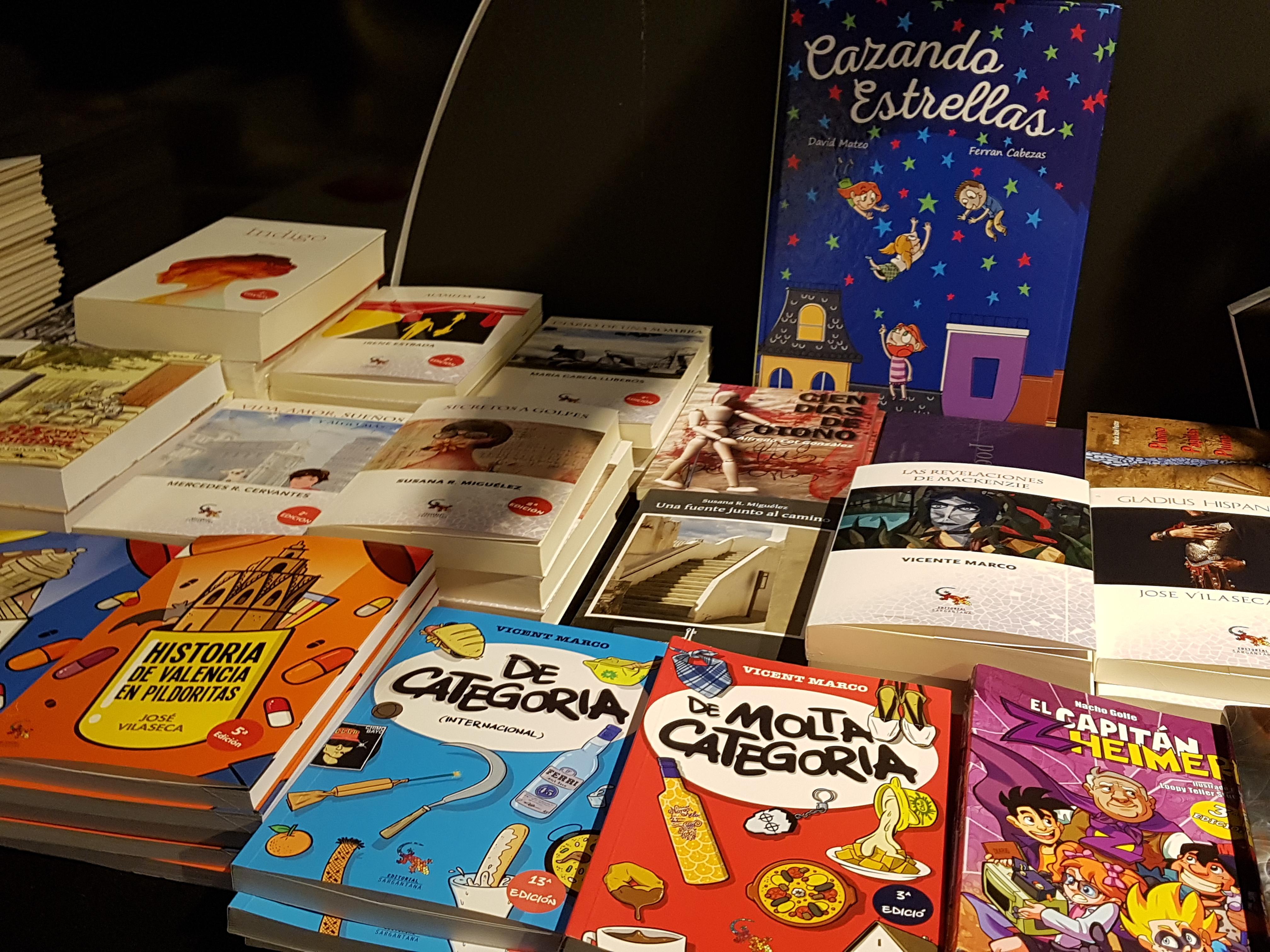 Exposición de libros a la venta sobre los autores asistentes al I Salón de Autores 360 / Foto: El desván de Alejandro