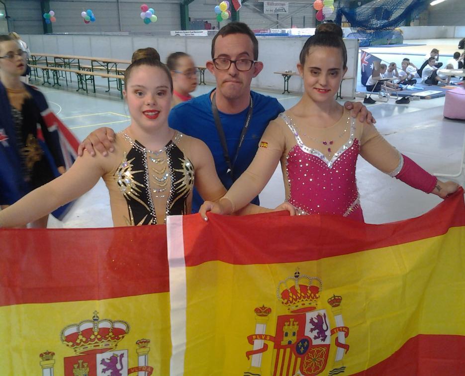Delante Sara Marín y María Díez. Detrás Sergio de la Iglesia gimnasta que realizó una exhibición para fomentar la rítmica entre los hombres. Los tres pertenecen al Club deportivo Algar.