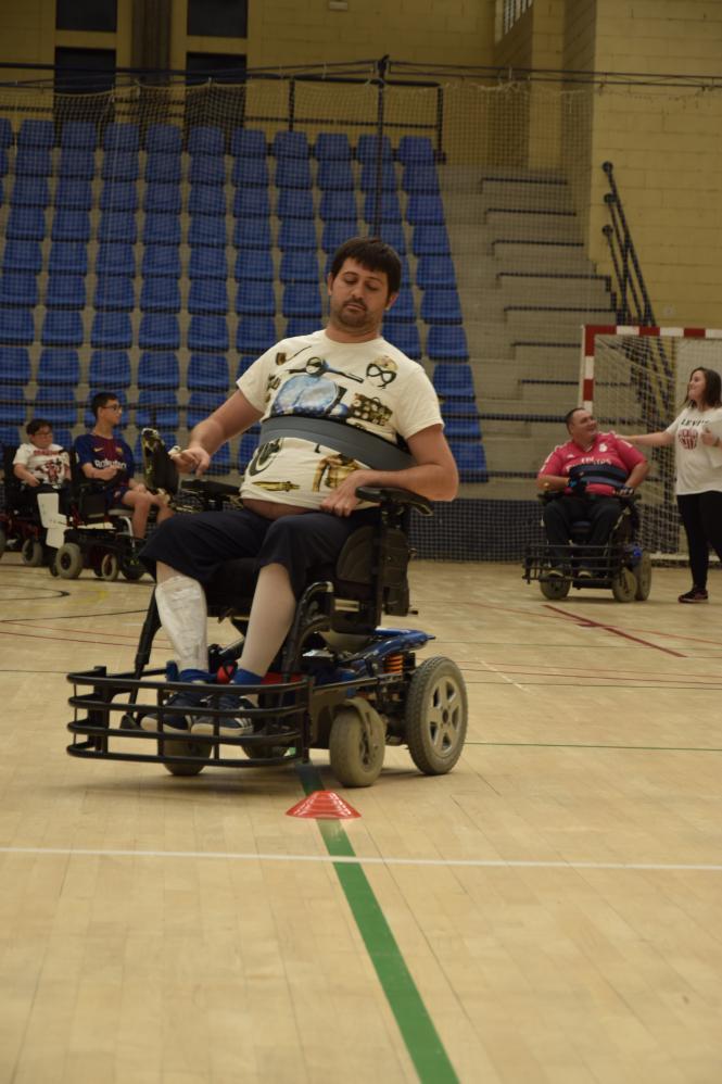 Las sillas de ruedas eléctricas no pueden superar los 10 Km/h. Otro requisito indispensable para salir al terreno de juego es tener anclada la protección metálica delantera con la que golpeará el balón.