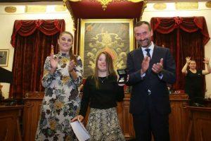 Sara recibe la Medalla de Plata Bimilenaria de la Ciudad de Elche.