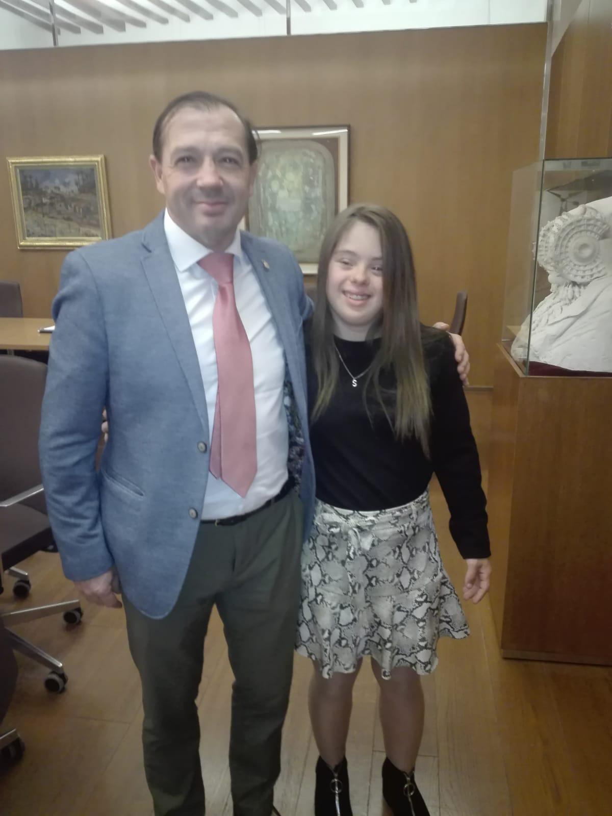 Sara Marín es abrazada por Manuel Jesús Ruíz Pareja (Concejal de Deportes y Consumo de la ciudad ilicitana).